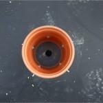 le trou de vidange fait dans l'étanchéité caoutchouc avant l'insertion du tuyau