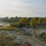 Profitant d'une matinée d'automne ensoleillée, des bénévoles disposent des pierres pour créer des caches au fond de l'eau
