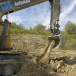 Il a fallu casser une ancienne dalle de béton cachée dans le sol