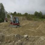 Une couche de sable protège la bâche des des vieux fers à béton enfouis dans le sol