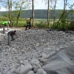 La bâche est recouverte de galets. Ces pierres rondes ne perceront pas la bâche. Elles créent des cachettes pour la faune aquatique et permettent à un animal tombé dans l'eau accidentellement d'en ressortir